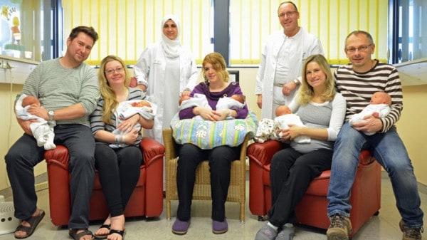 Die sechs Babys mit ihren Eltern und den Geburtshelfern. (Quelle: Helios Klinikum Schwelm)