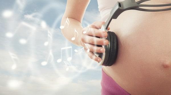 Babys erlernen schon im Mutterleib Melodien - neue Studie (© Thinkstock)