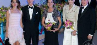 Charlotte Casiraghi (links) mit Bruder Pierre, Mutter Caroline und dem Fürstenpaar ©  Prince's Palace of Monaco