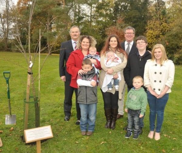 Louise und Natalie mit ihren sechs Kindern (c) Bourn Hall Klinik