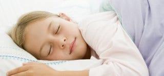 Eltern können Kindern bei Wachstumsschmerzen helfen (© Thinkstock)