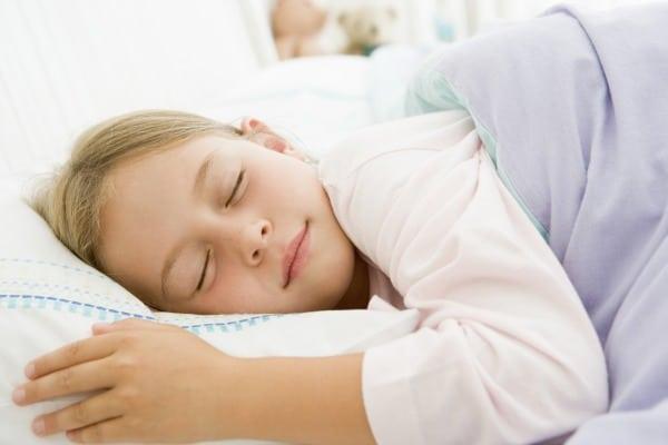 Studie: Schlaf beeinflusst Kalorienaufnahme bei Kindern (© Thinkstock)