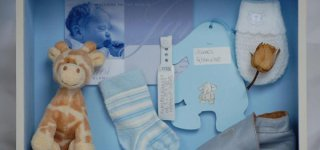 Aufbewahrung für Babysachen und Erinnerungen von Bespoke Memory Frames (© Erika Glanville)