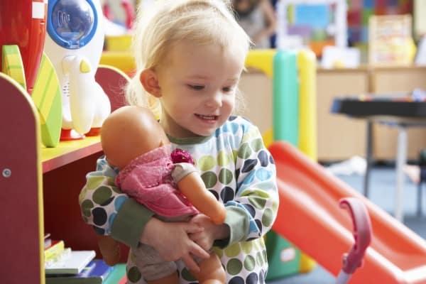 Auch Jungen spielen gerne mit Puppen (© Thinkstock)