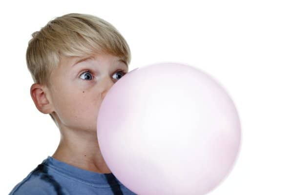 Kopfschmerzen durch Kaugummi bei Kindern (© Thinkstock)
