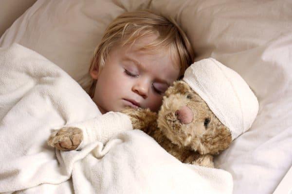 Trost vom Teddy und von den Eltern ist wichtig (© Thinkstock)