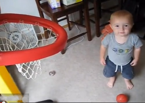 Basketball-Wunderkind Titus (© Youtube)