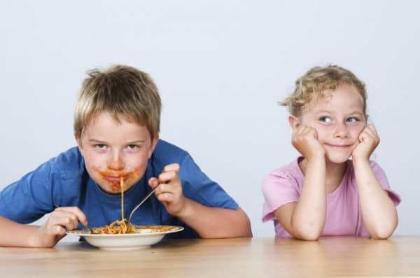 Familienessen ohne starre Regeln (© Thinkstock)