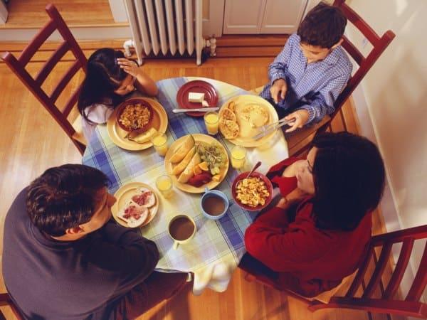 Familienessen: Kinder zum Essen einladen und sich Zeit nehmen (© Thinkstock)