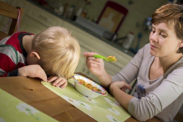Kein Zwang: Kinder lernen gesundes Essen am besten durch Vorbilder (© Thinkstock)