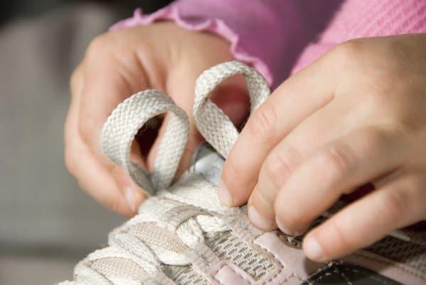 Wann muss man Schuhe binden lernen? (© Thinkstock)
