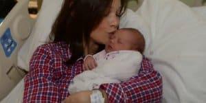 Polly McCourt bekam ihr Baby auf der Straße und benennt Tochter nach Helferin Isabel (© Screenshot via Daily News / Youtube)