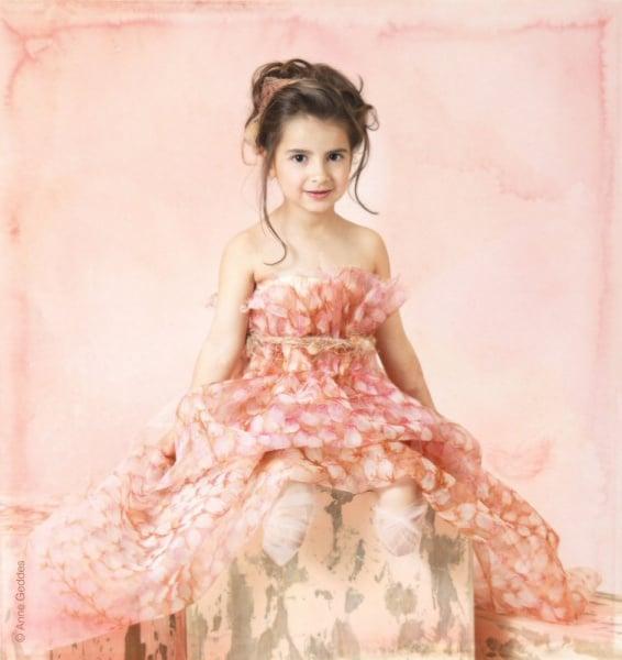 """Bernadette (6) aus Australien. Mit drei Jahren erkrankte sie über Nacht. Plötzlich hatte sie lila Flecken am Oberkörper. Ihre Mutter sagt: """"Wir wussten, sie verliert ihre Finger, Füße oder ihr Leben."""" Bernadette hat drei Brüder und lernte mit dem jüngsten gemeinsam wieder neu zu laufen. ©  Anne Geddes"""