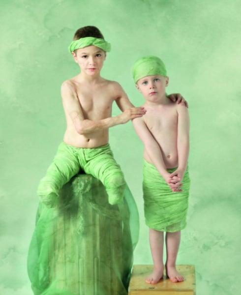 So ruhig sieht man die Energiebündel Elias (mittlerweile 8 Jahre alt) und Liam (4 Jahre alt) selten. Für die Aufnahmen war die Familie nach London gereist ©  Anne Geddes