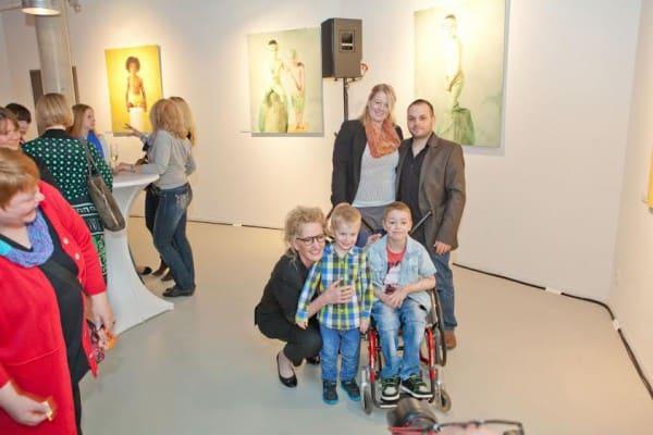 Elias mit seiner Familie und Anne Geddes bei der Ausstellungseröffnung © Novartis / Ketchum Pleon GmbH