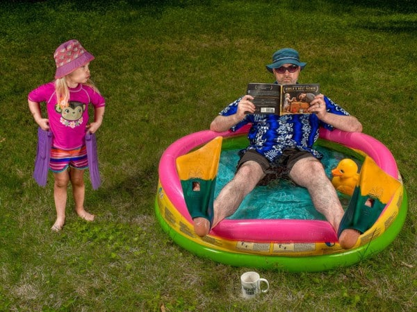 Papa liest im eigenen Buch© Dave Engledow/World's Best Father