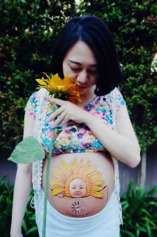 Woman paints pictures on stomach to record pregnancy, Beijing, China - 23 Apr 2014