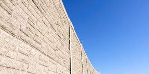Eine Lärmschutzmauer an der Autobahn - fünf Meter hoch soll die Mauer um den Kindergarten werden (Symbolfoto: Thinkstock)