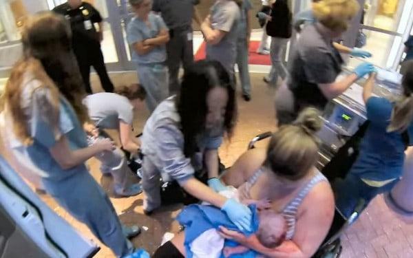 Unmittelbar nach der Geburt - vor der Klinik @ Troy Dickerson/Youtube