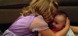 Sadie und ihr kleiner Bruder © Alex Miller/youtube