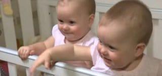 Molly und Megan stehen und spielen gern im Bett © World News, youtube/ Screenshot