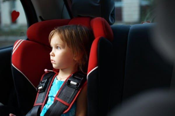 Passives Rauchen im Auto schadet Kindern