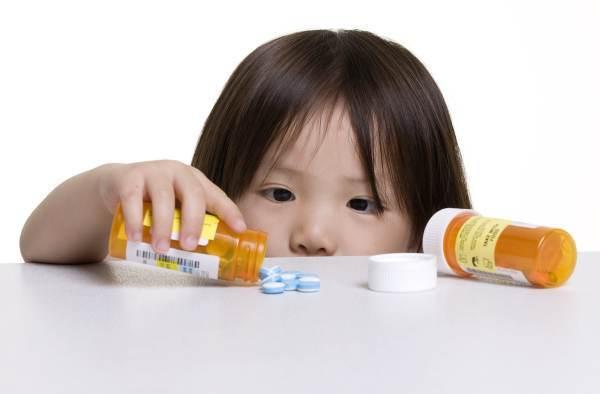 Vergiftungen: Kinder unter 4 Jahren besonders gefährdet (© Thinkstock)