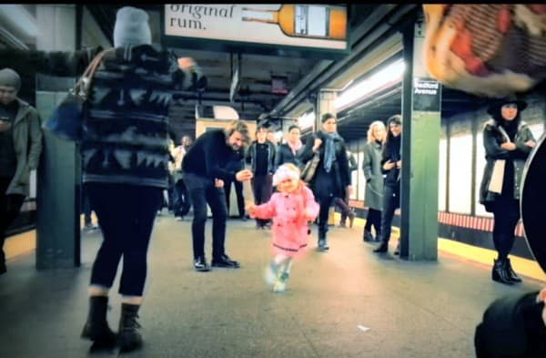 Leuchtende Lebensfreude im grauen U-Bahn Schacht ©CoyoteAndCrow, youtube