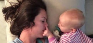 Was hat Mama denn da im Gesicht? © Esther Anderson/youtube