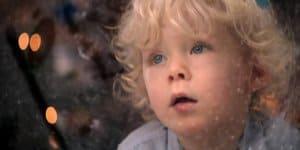 Kleiner Junge wartet auf den Weihnachtsmann (c) Nivea, youtube