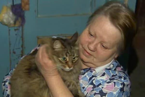 Nachbarn versorgen die kinderliebe Katze © Screenshot/RuptlyTV youtube
