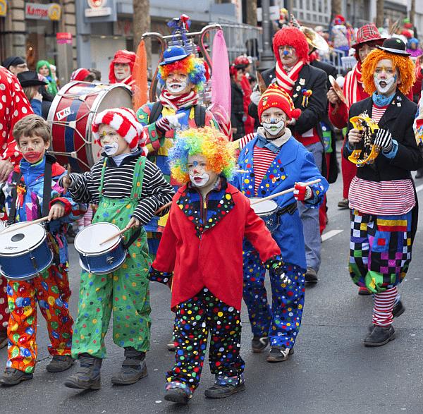 Karnevalsumzug in Köln (© TimEKlein / istock Editorial)