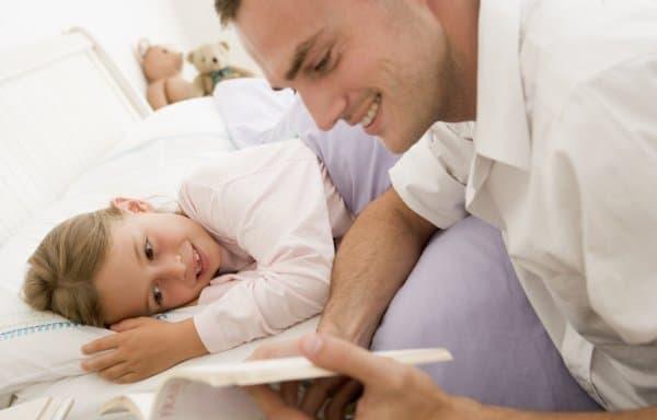 Ist das Kind krank, bleiben Väter öfter zu Hause (© Thinkstock)