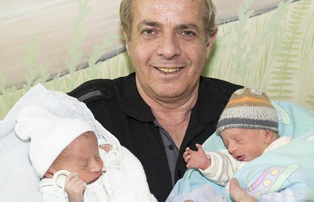 Der stolze Papa mit seine Söhnen Eldion und Elmedin ©Klinikum Wels-Grieskirche