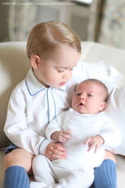 Das erste offizielle Bild der jüngsten britischen Prinzessin ©HRH Duchess of Cambridge/@KensingtonRoyal