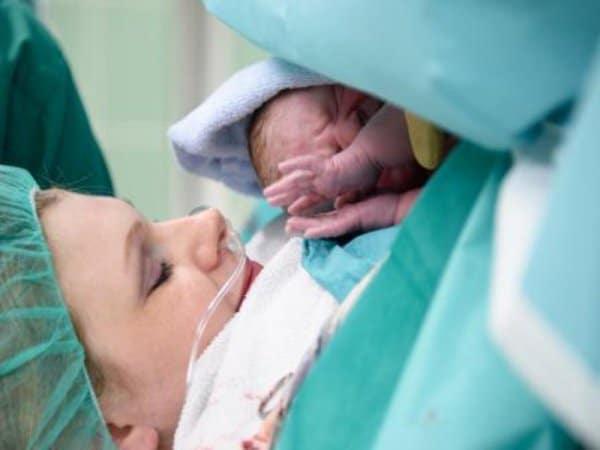 Ersttes Kuscheln nach der Geburt ©Mühlenkreiskliniken