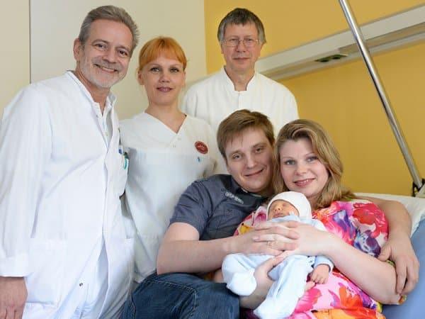 Alexander und Oxana Kaiser mit ihrem Sohn, Eric Maximilian und das Team der Klinik für Frauenheilkunde und Geburtshilfe © Mühlenkreiskliniken