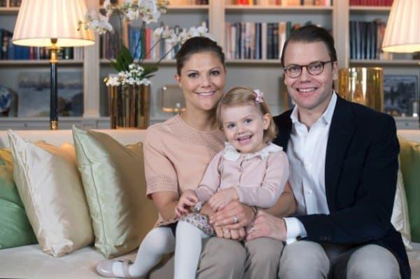 Bald zu viert: Kronprinzessin Victoria, Prinzessin Estelle und Prin Daniel (c) Kate Gabor/ kungahuset.se