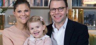 Das Kronprinzessinenpaar mit Töchterchen Estelle (c) Kate Gabor/ kungahuset.se
