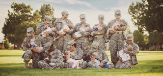 Stillende Soldatinnen (c) Tara Ruby/Facebook