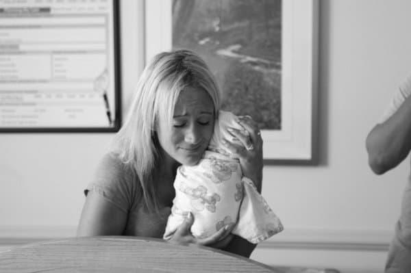 Adoptivbaby kuschelt zum ersten Mal mit Mama