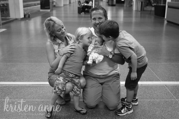 Adoptivbaby Tilly mit großen Brüdern