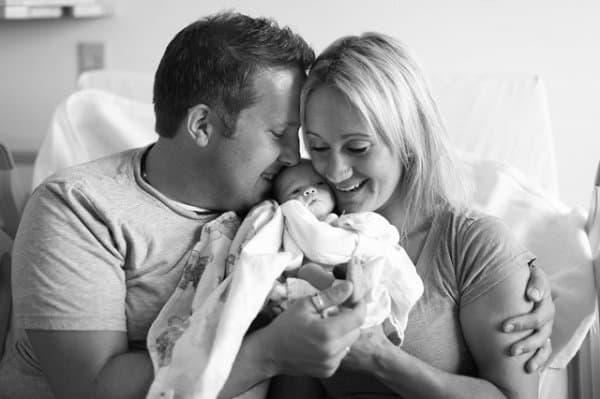 Adoptivbaby Tilly schmust mit neuen Eltern