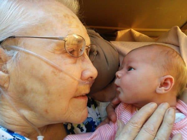 Das erste Kennenlernen von Urgroßmutter und Urenkelkind  © Scott Martin/imgur