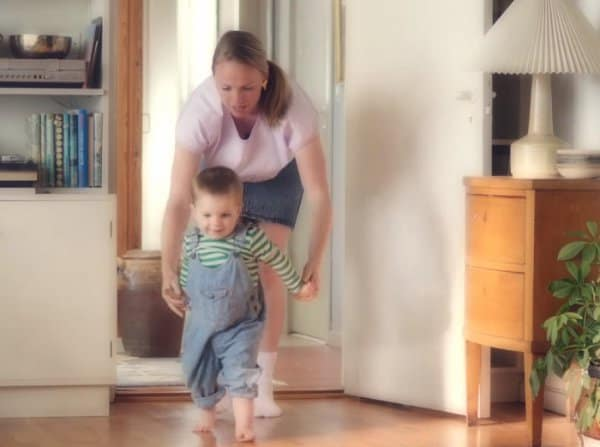 Bei den ersten Schritten können Mütter noch helfen ... (c) Spies/youtube