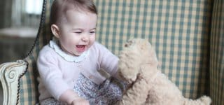 Mit geliebtem Kuscheltier ... © HRH The Duchess of Cambridge /Facebook