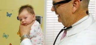 Der Babyschauckler Dr. Hamilton beruhigt unglückliche Kleine mit seinem Trick (c) Robert Hamilton/youtube