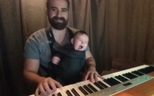 Schon nach wenigen Sekunden gähnt der Kleine ... (c)  David Motola/youtube Screenshot