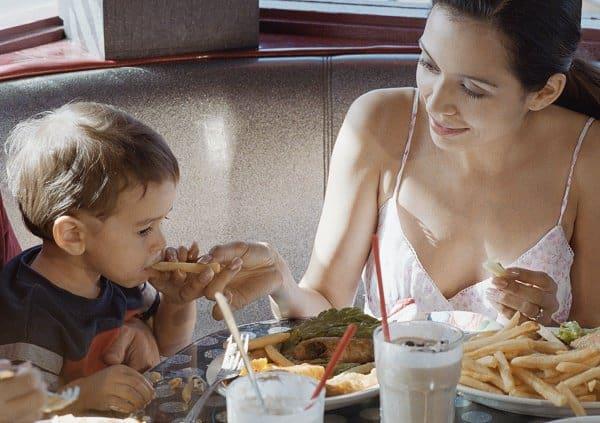 Ein gesundes Häppchen für Mama ... (c) Thinkstock