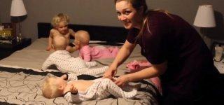 Mama bugisiert Kleinkind und Drillinge in den Schlafanzug (c) Dan Gibson/youtube